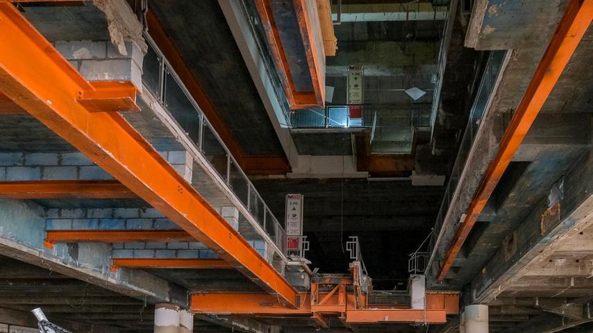 Wo einst ein Aufzug durch das Gebäude geführt hat, klafft inzwischen ein riesiges Loch.
