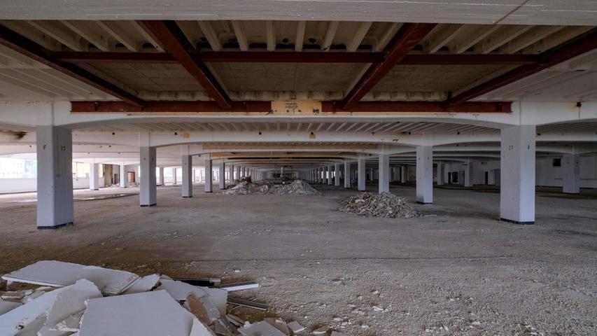 Teilweise werden sämtliche Einbauten herausgerissen, nur die tragenden Stützen bleiben.