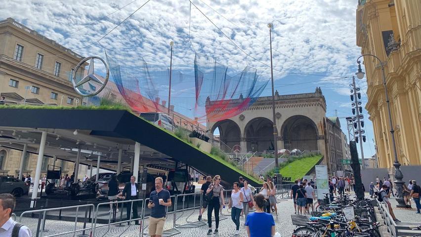 Vielen IAA-Besuchern erscheinen die Open-Spaces in der Münchner Innenstadt attraktiver als ein Abstecher zum Messezentrum. Mercedes hat seinen Auftritt am Odeonsplatz.