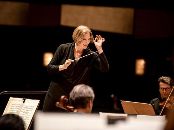 Die beliebte Dirigentin Joana Mallwitzverlässt Nürnberg in zwei Jahren. Dass die Stadt keinen attraktiven und modernen Konzertsaal bekommt, hat die Entscheidung sicher erleichtert.