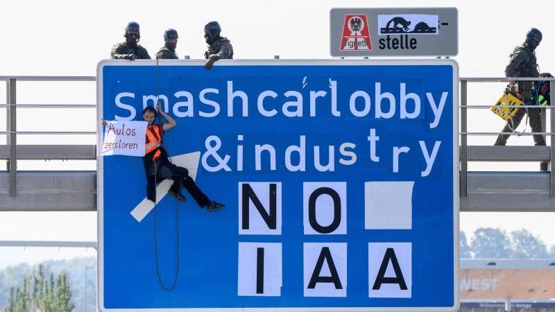 IAA-Proteste: Brückenkletterer bleiben bis Messeende in Haft