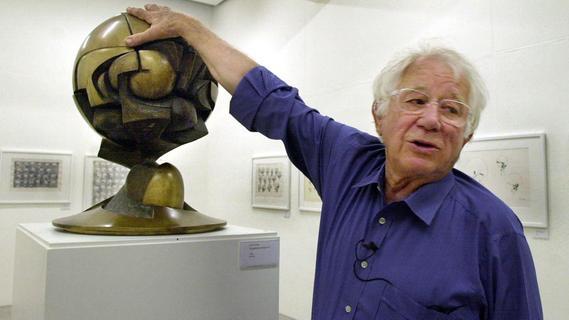 Der Bildhauer Fritz Koenig (1924-2017) legt seine Hand auf das Modell seiner Skulptur «Große Kugelkaryatide» (auch bekannt als «The Sphere»). Die Bronze-Skultur stand 30 Jahre lang auf der Plaza vor dem World Trade Center in New York, ehe sie bei den Terroranschlägen am 11. September 2001 unter den eingestürzten Zwillingstürmen verschüttet wurde. Seit 2017 steht «The Sphere» an der 9/11-Gedenkstätte.