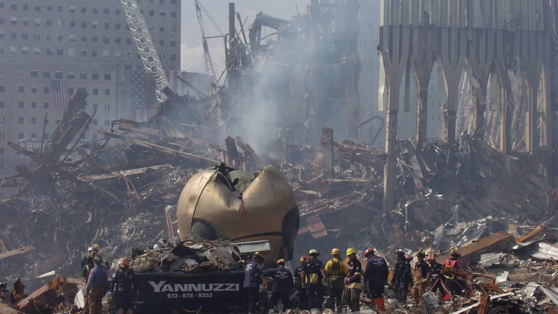 """Die Kunst hat der Katastrophe widerstanden: Fritz Koenigs Kugel im Trümmermeer auf """"Ground Zero""""."""