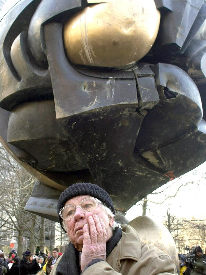 Der Landshuter Bildhauer Fritz Koenig vor seiner