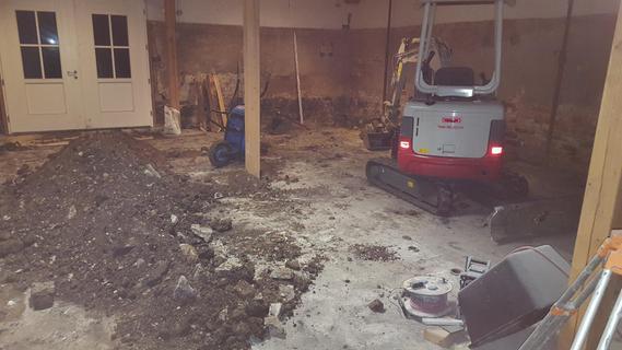 Das einstige Lager wurde mit schwerem Gerät aufgebaggert, um den feuchten Boden zu entfernen. Die Holzvertäfelungen an den Wänden mussten auch weg.