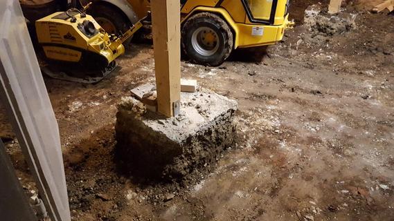 Zur Stabilisierung der Decke dienten Stützbalken, dann wurde jede Menge Bodenmaterial abgetragen.