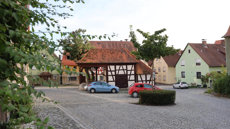 Oberhalb des Brunnenhauses in Lonnerstadt wird eine Kurzparkzone eingerichtet. Foto: Karl-Heinz Panzer