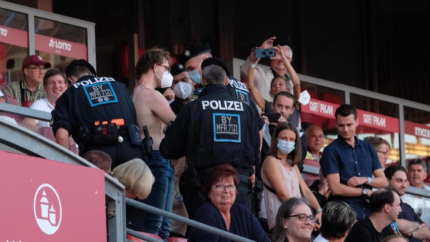 Mehrere Polizeibeamte mussten eingreifenund die beiden Aktivisten aus dem Stadion tragen.