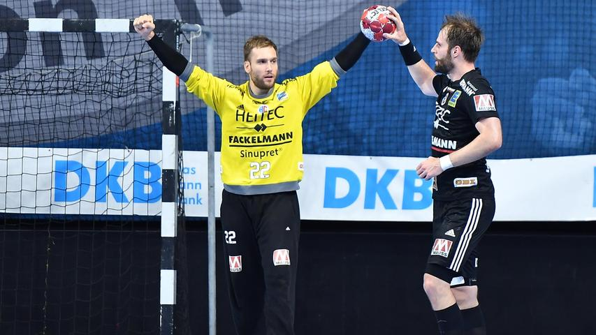 08.09.2021 --- Handball --- 1. Bundesliga LIQUI MOLY HBL --- Saison 2021 2022 ---  01. Spieltag: HC Erlangen Metropolregion Nürnberg HCE - SC DHfK Leipzig --- Foto: Sport-/Pressefoto Wolfgang Zink / OGo ---   Klemen Ferlin (22, HC Erlangen HCE ) Jubel Freude Nico Büdel Buedel (20, HC Erlangen )