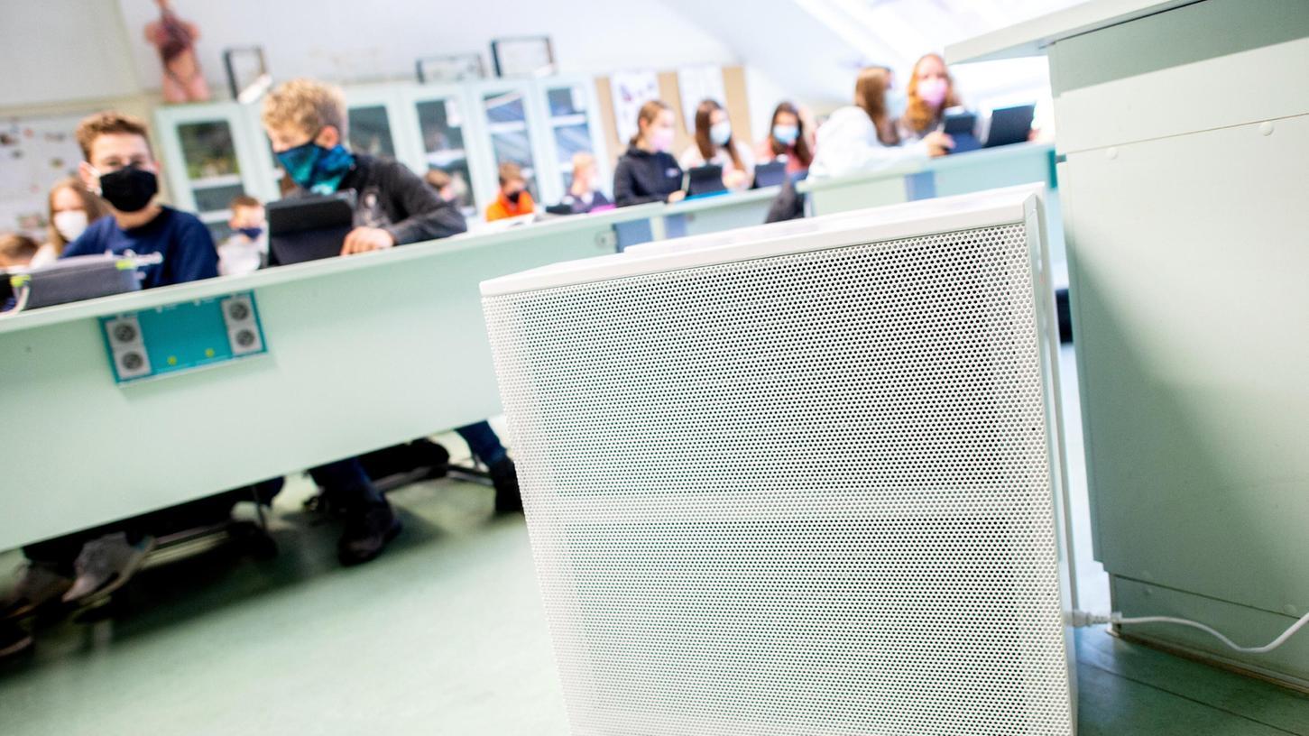 Luftfiltergeräte sollen den Alltag an Bayerns Schulen im neuen Schuljahr erleichtern.