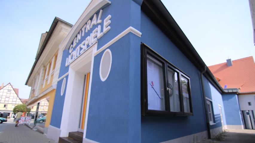 Im früheren Kino Central Lichtspiele, das Gerhard Rießbeck zu einem Atelier umgebaut hat, zeigt Thea Schneider ihre Fotos.