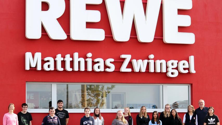 Die Kaufmannsfamilie Zwingel konnte gleich 17 neue Azubisbegrüßen, die zusammen mit ihren Eltern von Matthias Zwingel - dessen Unternehmen in der dritten Generation ausbildet - zu einem Abendessen eingeladen wurden. Auf dem Foto sind links Sophie Schweig von derRewe Aus- und Weiterbildung sowie recht Kerstin und Matthias Zwingel zu sehen.