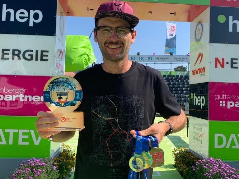 Trophäensammler: Tim Freitag mit Pokal und Medaillen, unter anderem als Deutscher Vizemeister und als Vize-Europameister seiner Altersklasse 820 bis 24 Jahre).