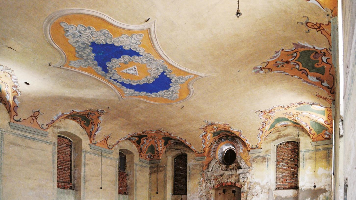 Der Betsaal der ehemaligen Synagoge Mühlhausen: Die Deckenverzierung zeugt heute noch von der Pracht des Gebäudes.