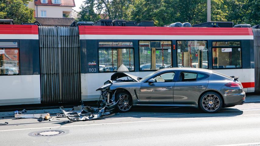 Notbremsung konnte Crash nicht verhindern: Porsche kracht in Straßenbahn
