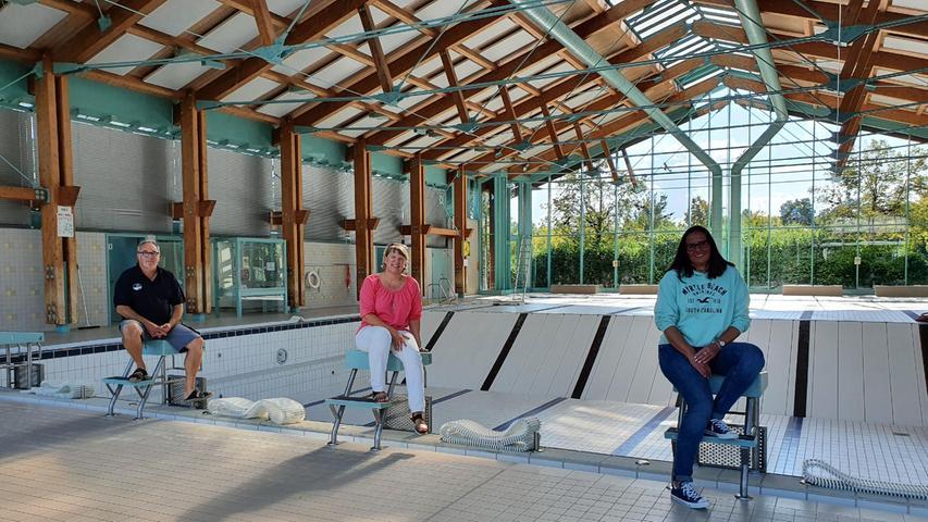 Uwe Martin, Michaela Glaser und Daniela Rollinger (von links) hoffen, dass im Becken bald wieder Kinder das Schwimmen lernen.