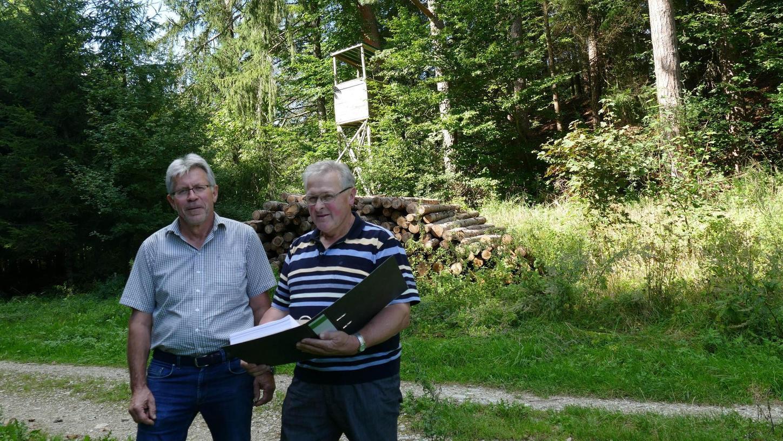 Der ehemalige Jagdvorsteher Friedrich Stiefler (rechts) und der Kassier und Schriftführer der Jagdgenossenschaft Regenthal-Kühlenfels, Josef Schrüfer, schauen sich das neue Verbissgutachten an.