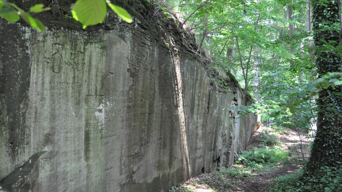 An der Fingalshöhle im Sontheimer Wald haben sich so manche Adelige in der Vergangenheit verewigt.