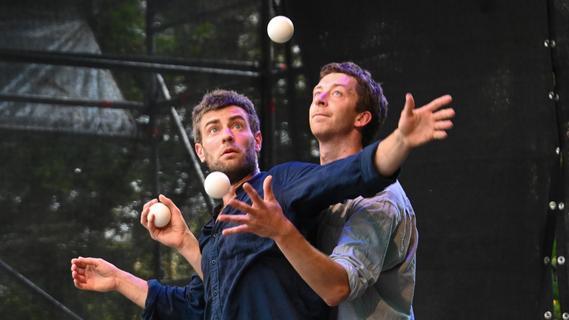 Eine Bank, zwei Männer, drei Bälle: ZirkArt-Festival in Forchheim gestartet