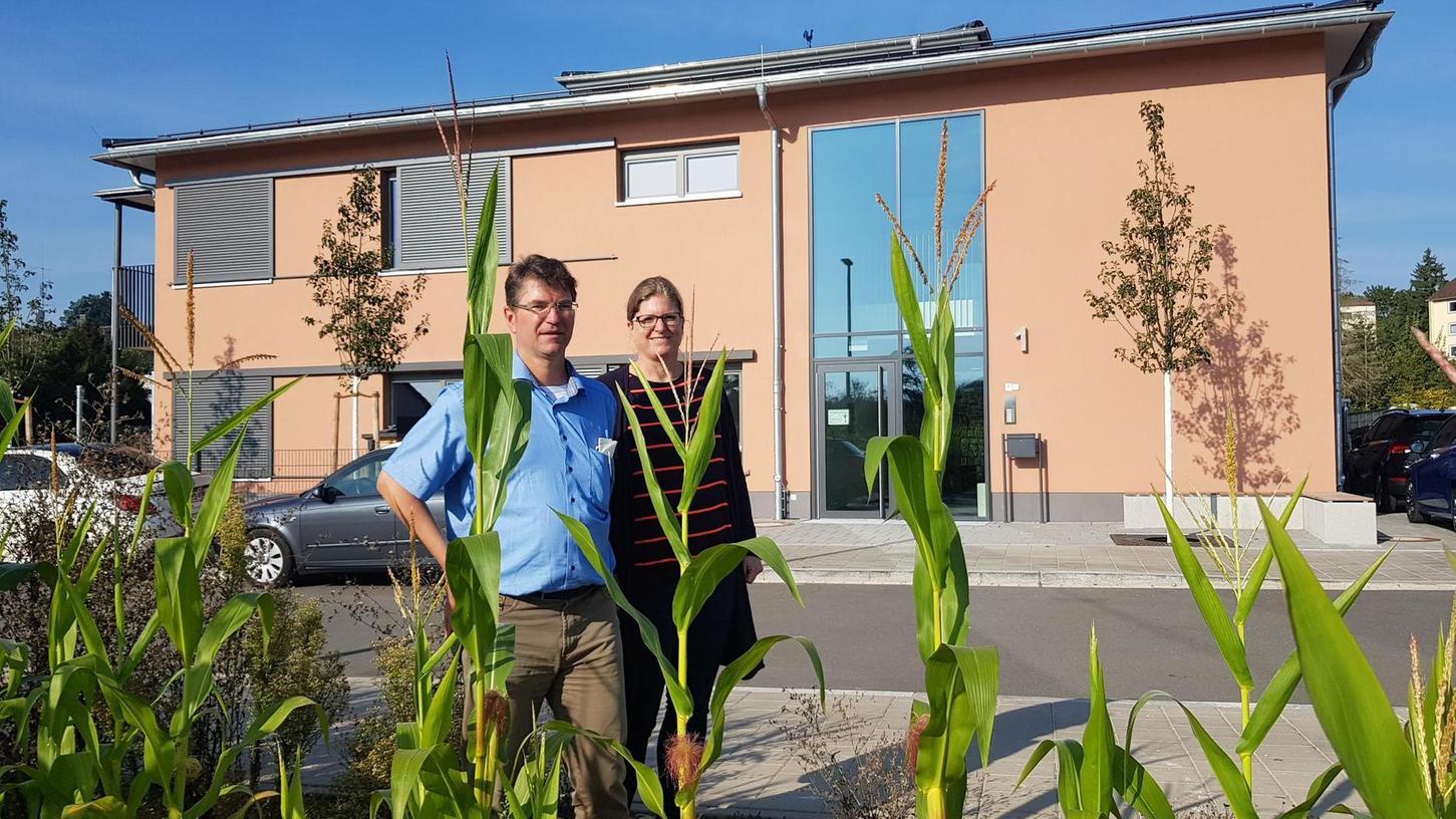 Pfarrer Markus Pöllinger vor dem neuen Vacher Kindergarten mit dessen Leiterin Verena Ließ.