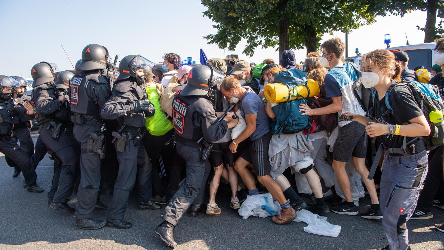Demonstranten stoßen kurz nach Beginn ihres Demonstrationszuges gegen die Automesse IAA-Mobility an der Theresienwiese in München mit Einsatzkräften der Polizei zusammen.