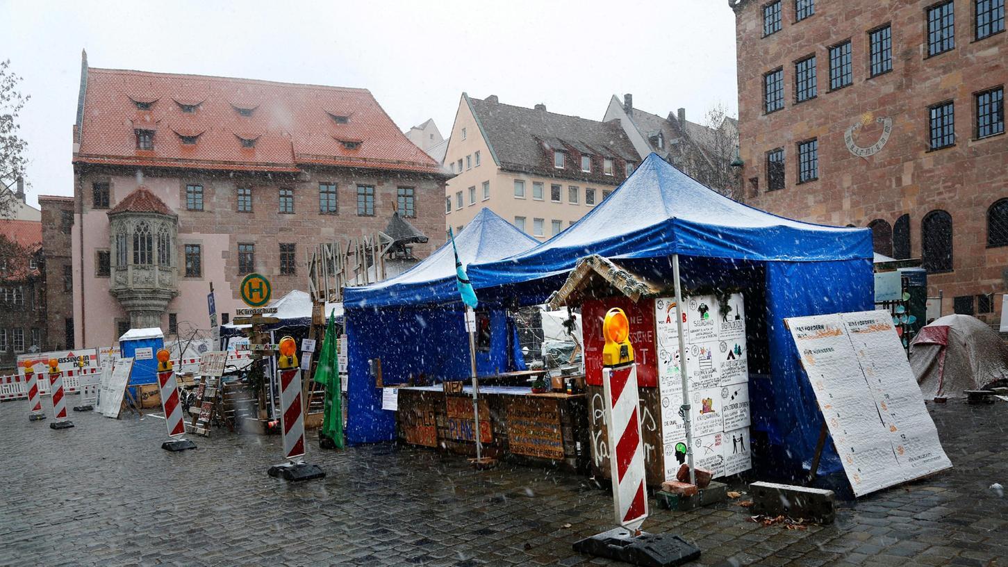 Die Klimacamper trotzen schon seit September 2020 den unterschiedlichsten Witterungsbedingungen auf dem Sebalder Platz.