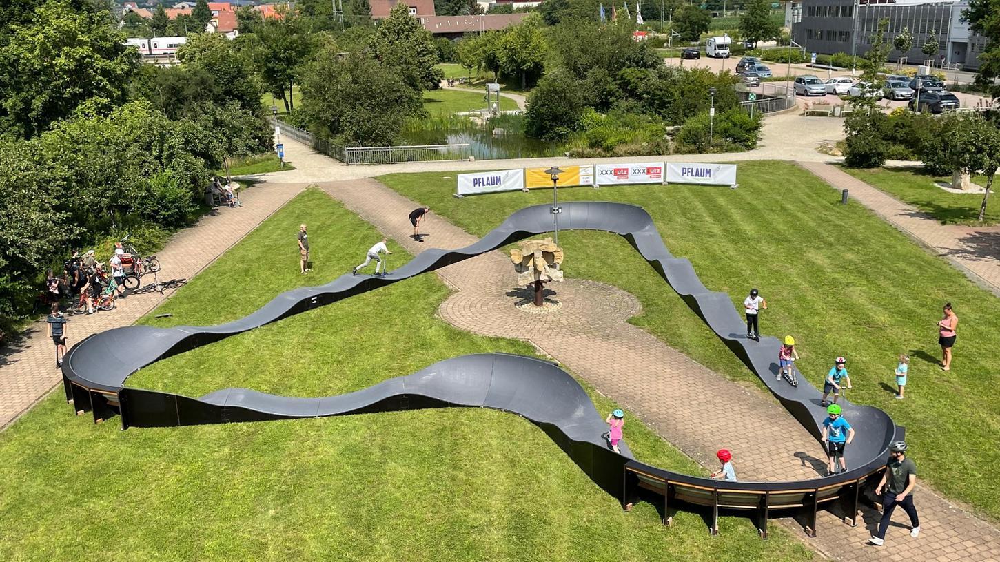 Der Pumptrack stand zuvor in Erlangen und wird nun in Roth aufgebaut.