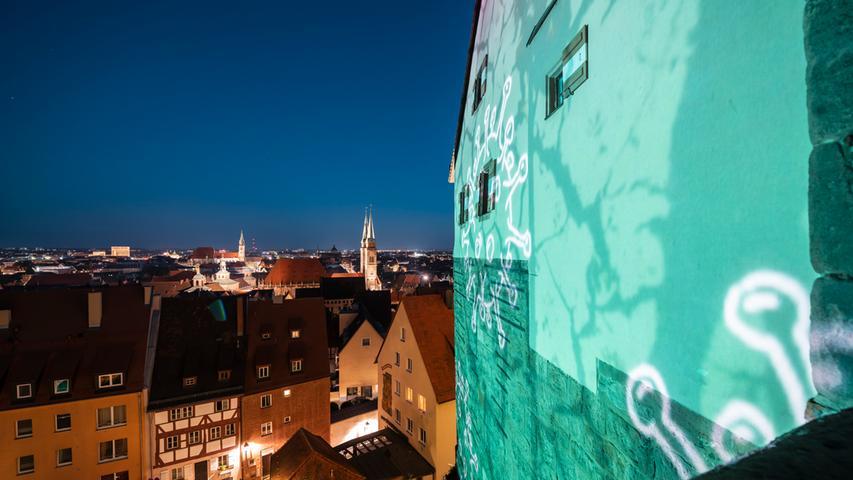 Wand in türkis. Peter Angermanns Burgprojektion schafft viele Effekte.