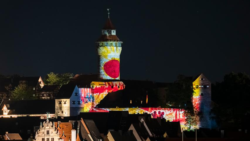 Roter Punkt auf dem Sinwellturm: die Burgprojektion von Peter Angermann.
