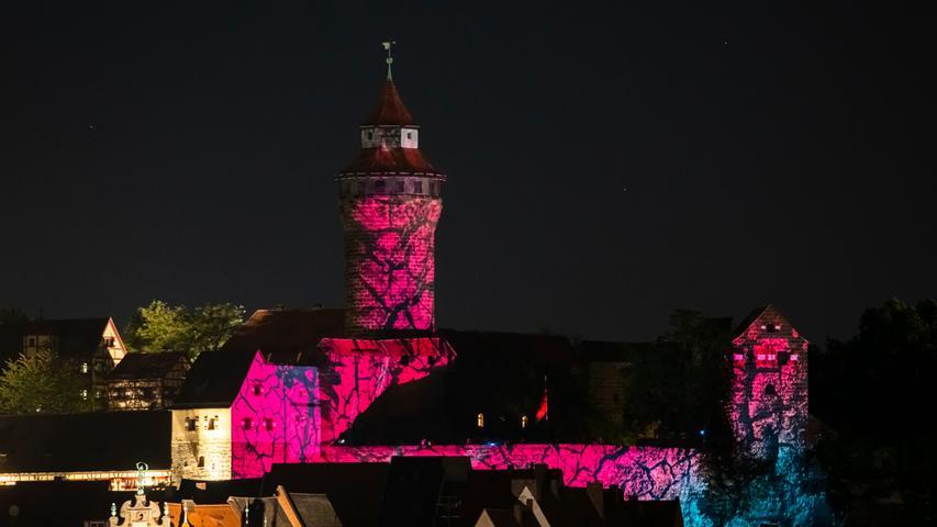 Faszinierende Lichteffekte:die Burgprojektion von Peter Angermann.