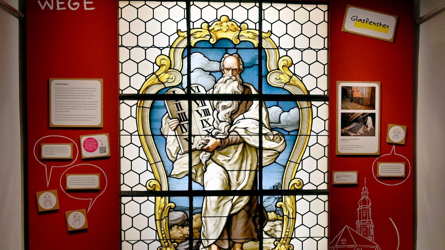 Ein echtes Schmuckstück ist ein Kirchenfenster, das zwischen 1904 und 1961 im Chorraum angebracht und seitdem auf einem Dachboden ausgelagert war.
