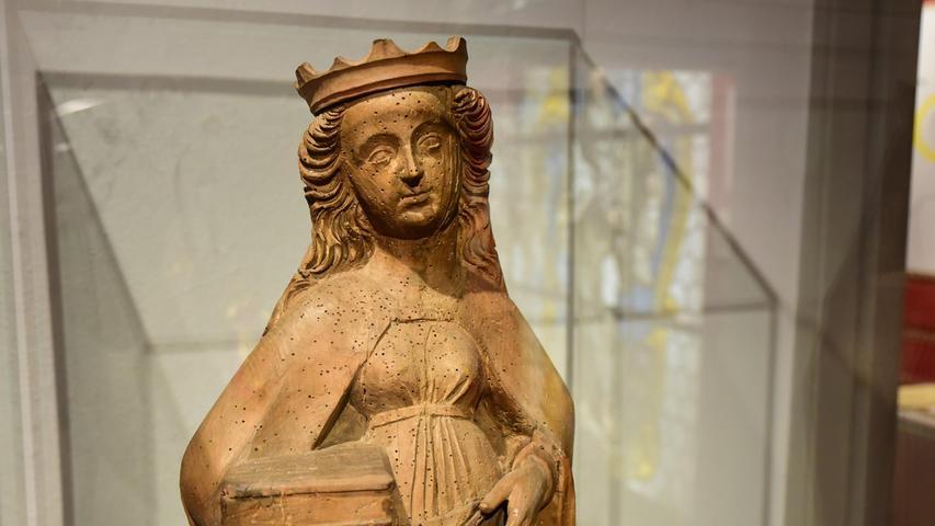 Das älteste Exponat ist eine Figur aus Lindenholz, die deutliche Spuren des Holzwurmes aufweist.