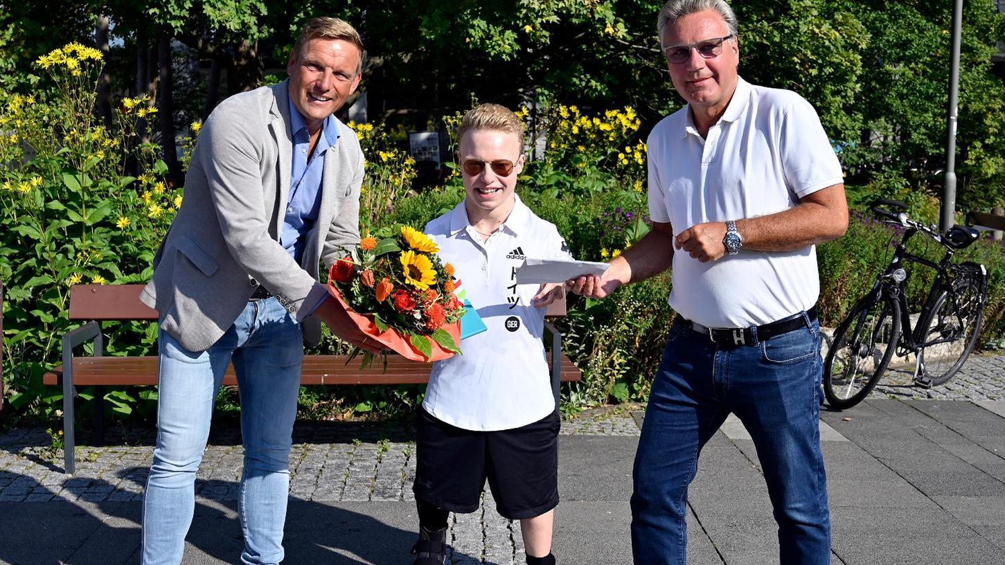 Der Schwimmer und Paralympics-Teilnehmer Josia Topf ist zurück in seiner Heimatstadt. Begrüßt wurde er von Sportbürgermeister Jörg Volleth und vom SportverbandsvorsitzendenMatthias Thurek.