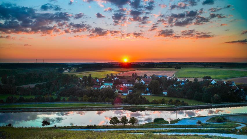 Blick vom Solarberg bei Vach. Parallel zum Horizont verläuft der Main-Donau-Kanal.