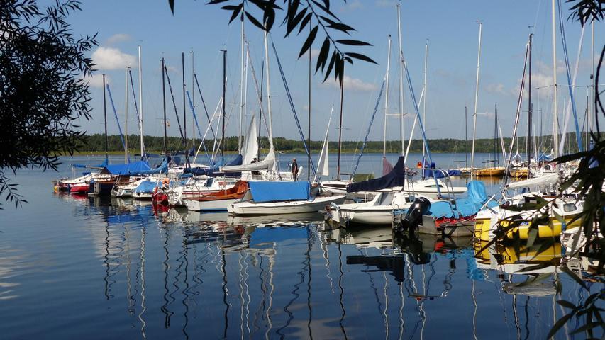 Ein wunderschöner Altweiber-Sommertag am Rothsee.(im Bild der Segelhafen Heuberg). Das warme Wetter lockt noch viele Badegäste und Wassersportler zu den fränkischen Seen, allerdings fehlte hier zum Segeln der Wind..