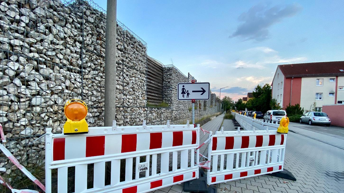 Die Gabionenwand am Rewe-Parkplatz hat sich verschoben, deshalb muss nachgebessert werden.