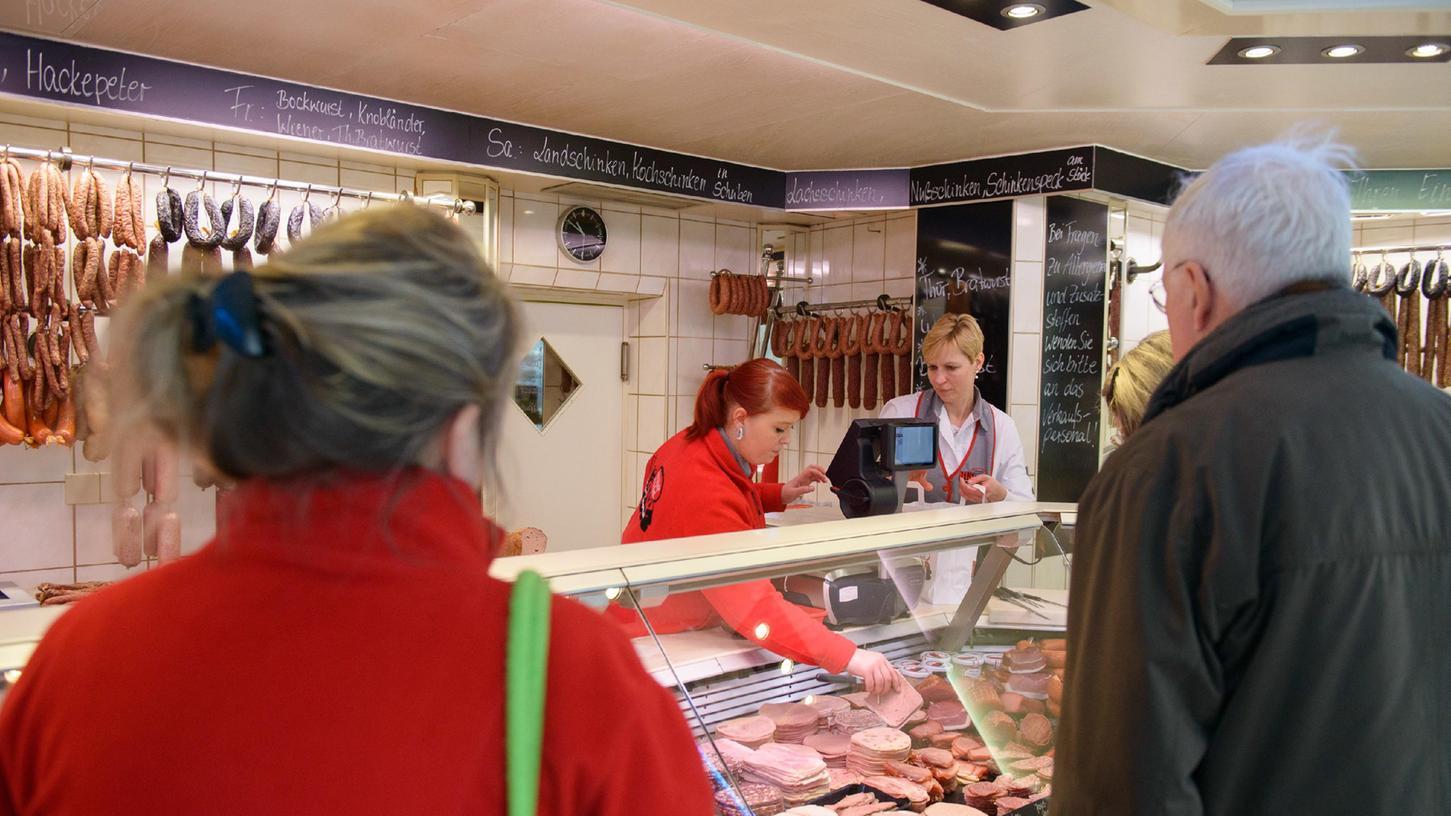 Der Tönnies-Skandal und die gesamte Corona-Krise haben sich auch auf das Kaufverhalten ausgewirkt: Immer mehr Verbraucher kaufen in Metzgereien ihr Fleisch. Dennoch müssen viele Betriebe schließen.