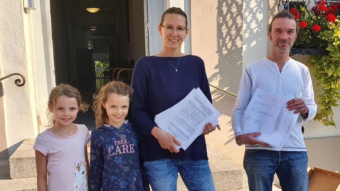 Geschafft! Sarah Brückmann und ihre siebenjährigen Zwillinge Laura und Filippa sowie Dominik Mücke (r.) vor dem Allersberger Rathaus. Dort hatten sie Bürgermeister Daniel Horndasch ihre Unterschriftenlisten übergeben.
