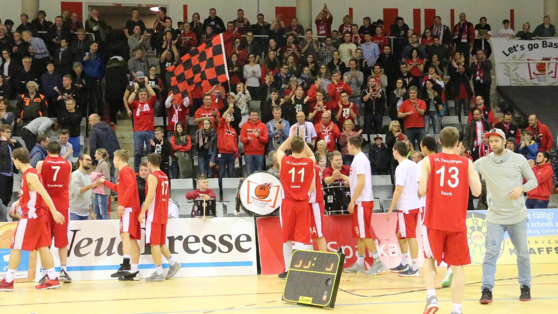 Ein Bild vom Februar 2017: Trotz der Niederlage und dem Ende der Meisterträume feierten die VfL-Fans ihre Mannschaft nach dem denkwürdigen Topspiel in Coburg.