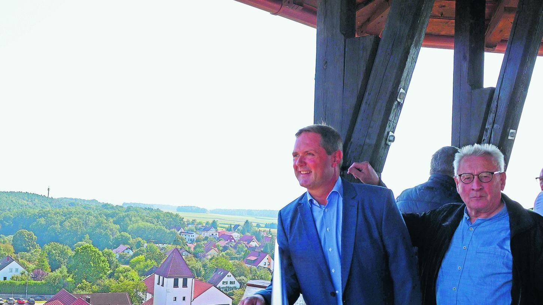 Nicht nur die Kirche von St. Otto liegt dem Betrachter zu Füßen: Bürgermeister Bernd Obst (li.) und sein Stellvertreter Georg Krauß genießen den Ausblick.