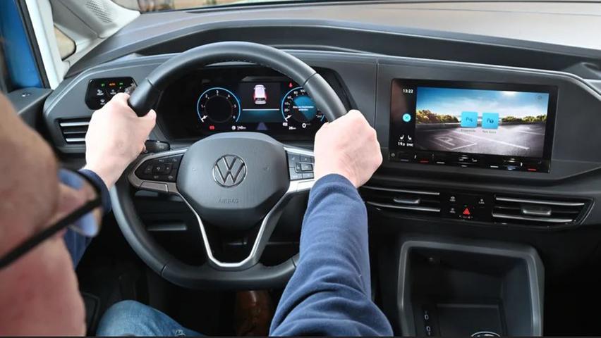 Das Top-Infotainment kombiniert ein digitales Fahrerdisplay mit einem großformatigen Touchscreen.