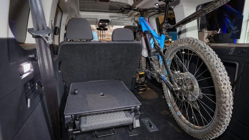 Die Raumhöhe macht es möglich, Fahrräder aufrecht zu transportieren.