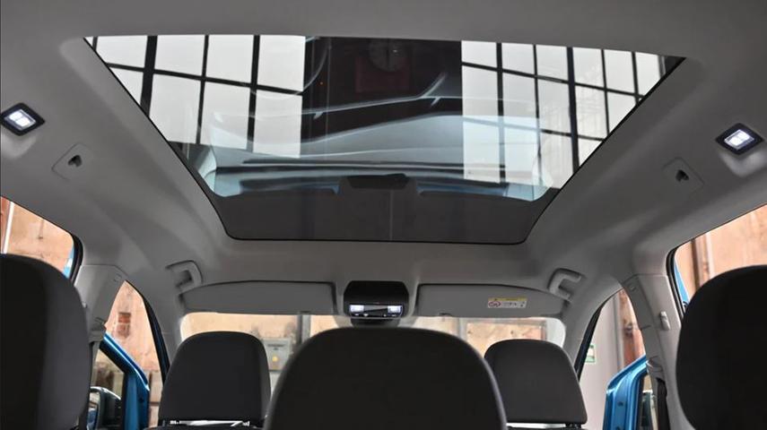 Optional erhellt ein großflächiges Panoramadach den Innenraum. Öffnen lässt es sich ebensowenig wie die Fenster im Fond.