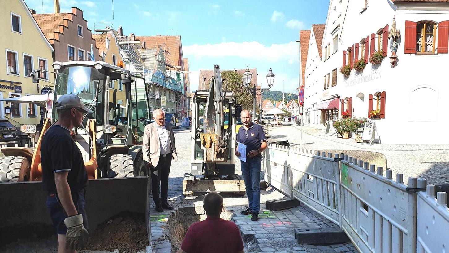 Bürgermeister Ludwig Eisenreich und Bauamtsleiter Thomas Lindner an der Baustelle am Mittleren Tortum. Die Durchfahrt wird für sechs Wochen gesperrt.