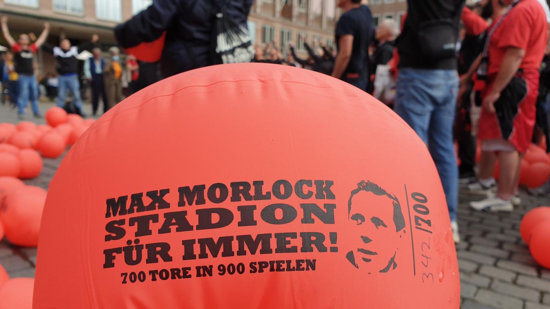 700 aufblasbare Bälle - so viele Tore hatte einst Max Morlock erzielt - verschossen die Fans auf dem Nürnberger Hauptmarkt.