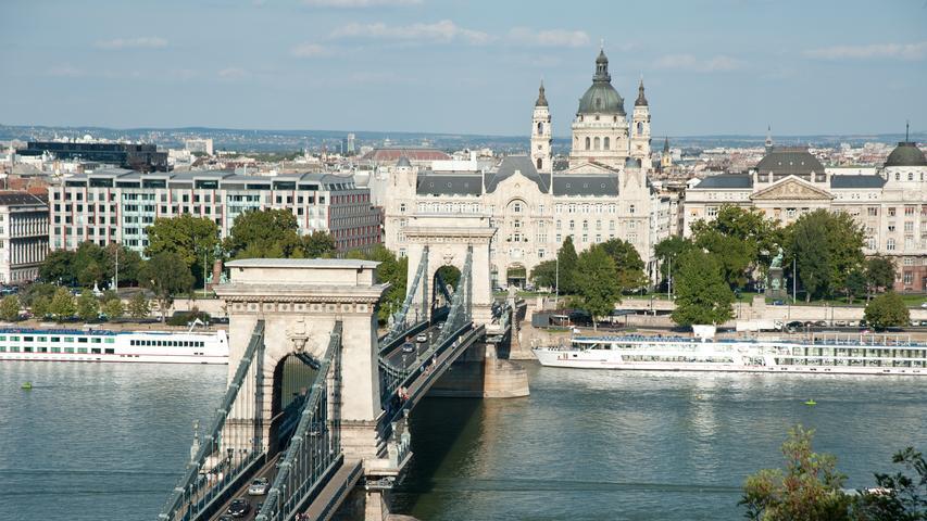 Die Kettenbrücke gehört wohl zu den bekanntesten Wahrzeichen von Budapest. Die ungarische Stadt an der Donau gehört ab November zu den Direktzielen ab Nürnberg - perfekt für einen Wochenend-Trip. Durchgeführt werden Flüge von Ryanair.