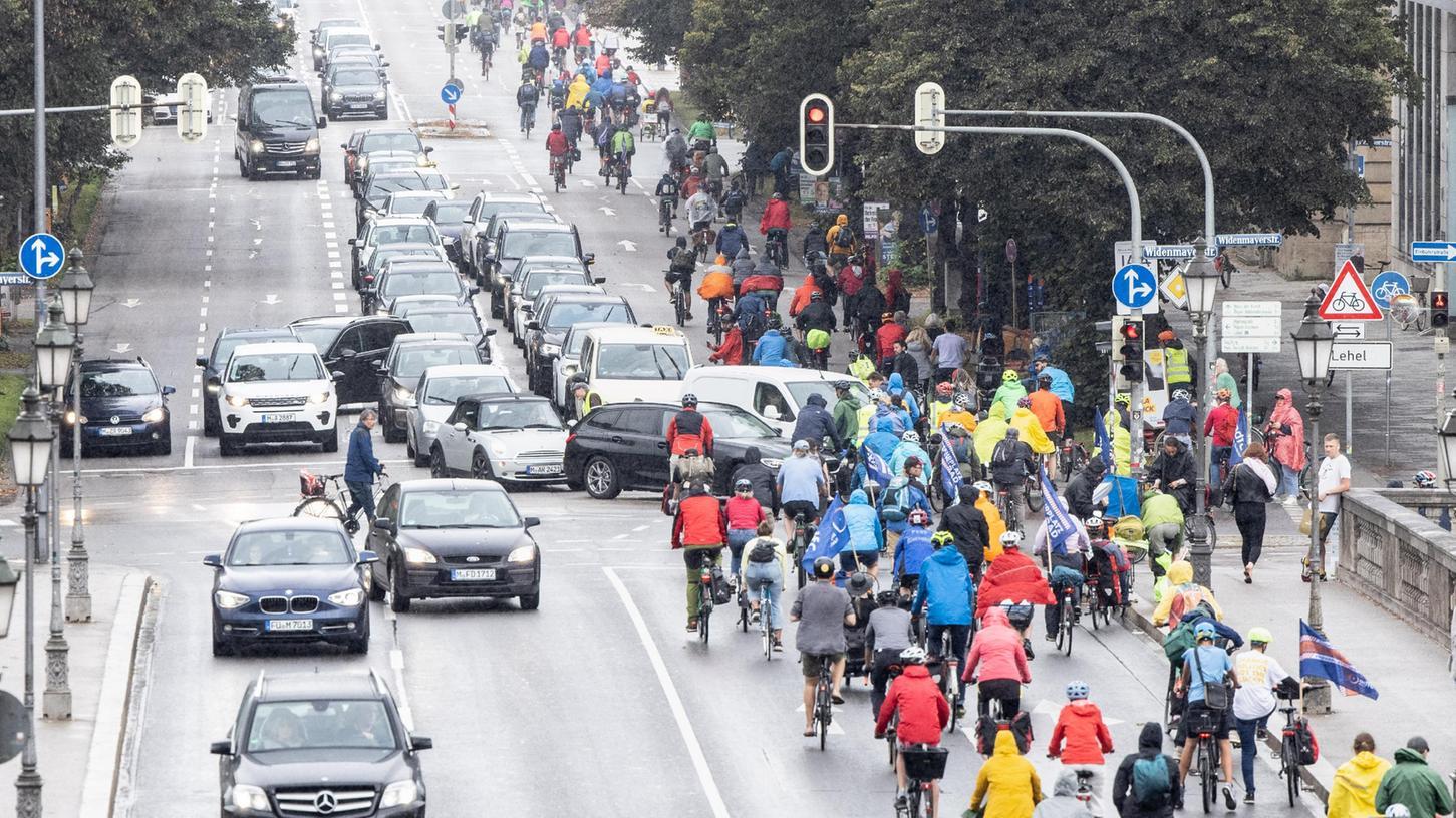 Teilnehmer einer Radsternfahrt gegen die IAA fahren während der Internationalen Automobil-Ausstellung (IAA Mobility) in Richtung der Theresienwiese.