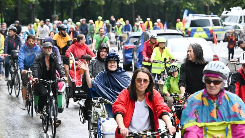 11.09.2021, Bayern, München: Teilnehmer einer Radsternfahrt gegen die IAA fahren während der Internationalen Automobil-Ausstellung (IAA Mobility) in Richtung der Theresienwiese. Die IAA Mobility 2021 findet vom 07.-12.09.2021 in München statt. Foto: Felix Kästle/dpa +++ dpa-Bildfunk +++
