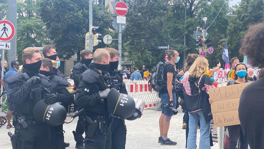 Wir stellen ab circa 13 Uhr am Samstag ein LIVE Signal aus München zu folgendem Thema zur Verfügung: Mehrere Protestaktionen gegen IAA am Samstag erwartet. Zu massiven Verkehrsbehinderungen kommt es am Samstag (11.09.2021) in der gesamten Münchner Innenstadt. Zehntausende Demonstrantinnen und Demonstranten machen sich aus Protest gegen die IAA Mobility über verschiedene Strecken per Fahrrad und zu Fuß auf den Weg zur Theresienwiese.