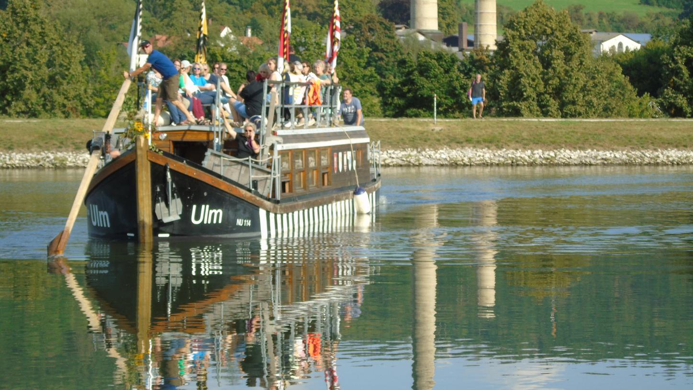Die 29 Damen und ihre vier Bootsbegleiter fuhren auf demKanal von Berchingweiter bis hoch nach Bamberg.